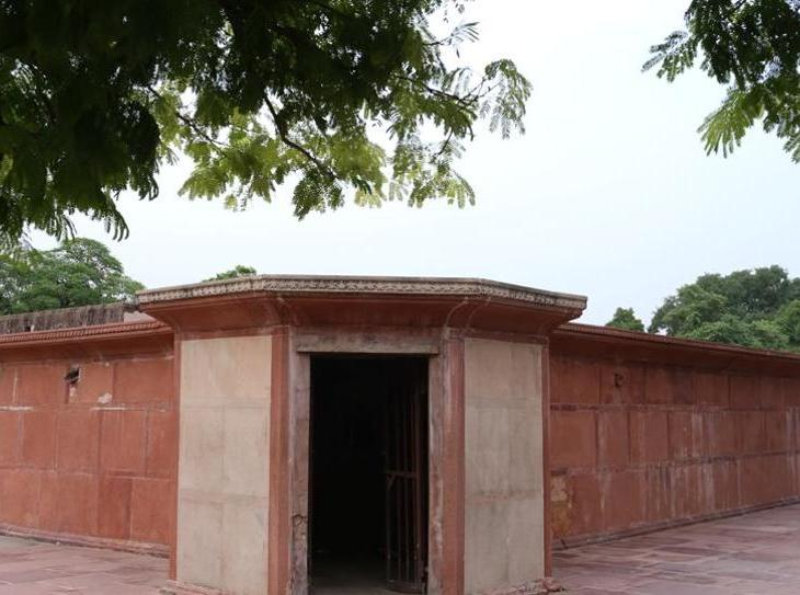 The tomb without a dome: Najaf Khan's Tomb in central Delhi