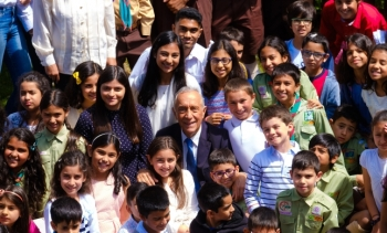 President Marcelo surrounded by Ismaili youth in the Garden of Fruits at the Ismaili Centre, Lisbon. (Image credit: Luis Filipe Catarino / Ismaili Council for Portugal via The Ismaili)