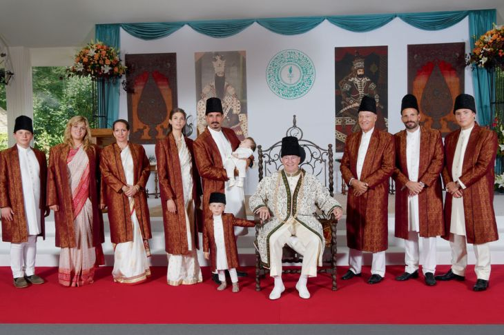 L'Aga Khan célèbre son jubilé de diamant avec sa famille, le 11 juillet dernier. <br />The Aga Khan celebrates his Diamond Jubilee with his family on July 11th. <br /> (image credit: ZAHUR RAMJI)