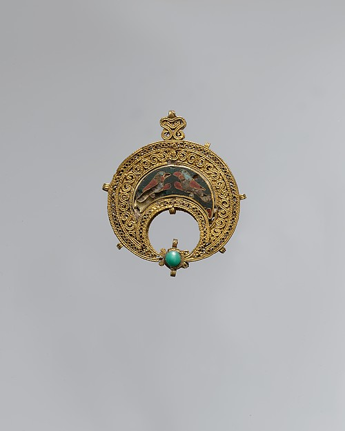 Fatimid Crescent-Shaped Pendant with Confronted Birds | The Met Museum of Art