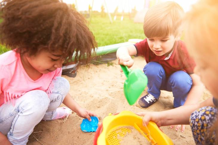 preschool education france vs united states Best answer: (american living in france) - free public education starting at 3 only 2-3 percent of 3 yr olds not in school, 1 % of 4 yr olds social pressure to put your kids in school, homeschooling negligeable on preschool level and even less at primary level.
