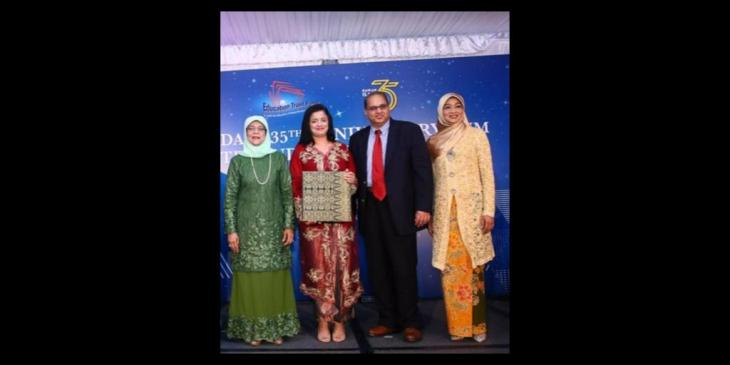 Dr Reshma and Professor Aziz Merchant Receives 'Partner of Mendaki' Award from President Halimah Yacob of Singapore