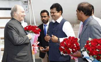 Prof Ram Shinde, Cabinet Minister for Water Conservation and Protocol, Government of Maharashtra welcomes His Highness the Aga Khan at the Mumbai Airport. AKDN / Aziz Ajaney
