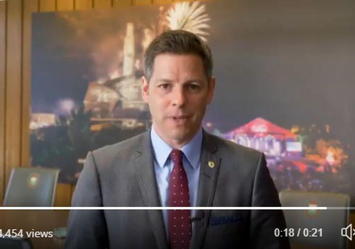 Mayor Brian Bowman of Winnipeg congratulates His Highness the Aga Khan on Diamond Jubilee