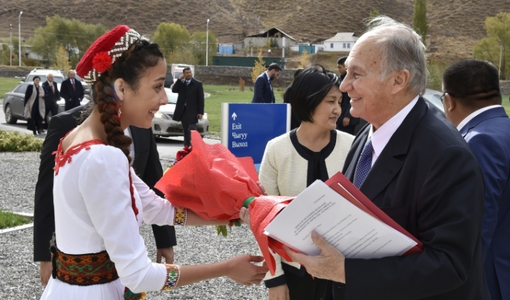 Student Zarastin Kholbash from the University's founding undergraduate class from Tajikistan greeting His Highness the Aga Khan at UCA Naryn Campus.